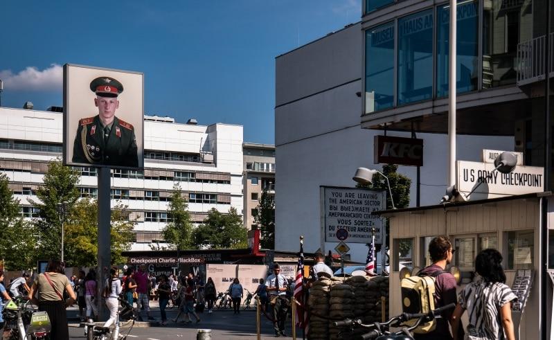 El Checkpoint Charlie de Berlín, recomendable en tu viaje.