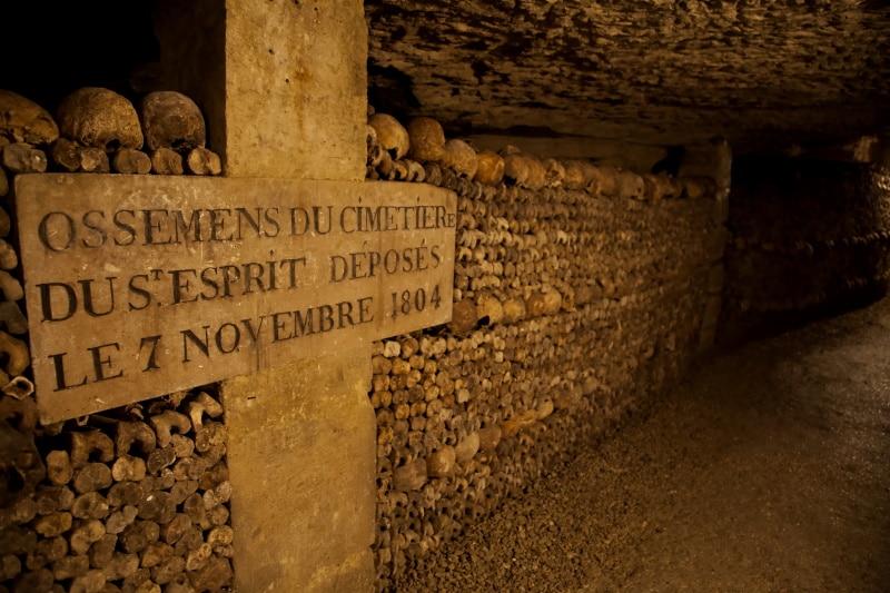 En las catacumbas de París podemos encontrar miles de esqueletos en sus túneles
