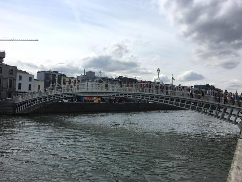 Lugares turísticos de Dublín entre ellos el Puente Ha'Penny Bridge
