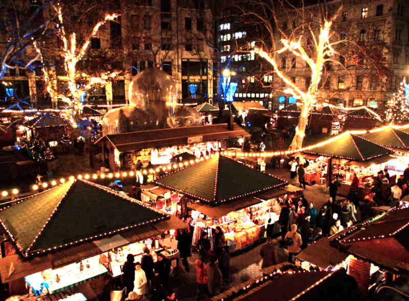 La Plaza Vörösmarty de Budapest en Navidad es decorada con todo tipo de objetos navideños