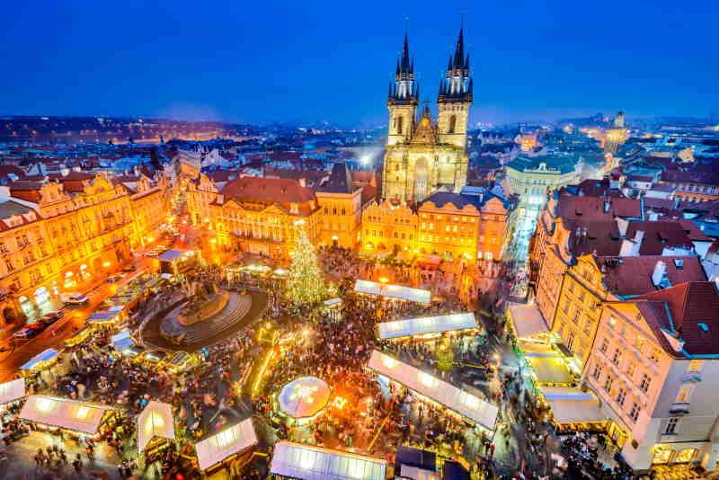 En la Plaza de la Ciudad Vieja de Praga está el mercado navideño