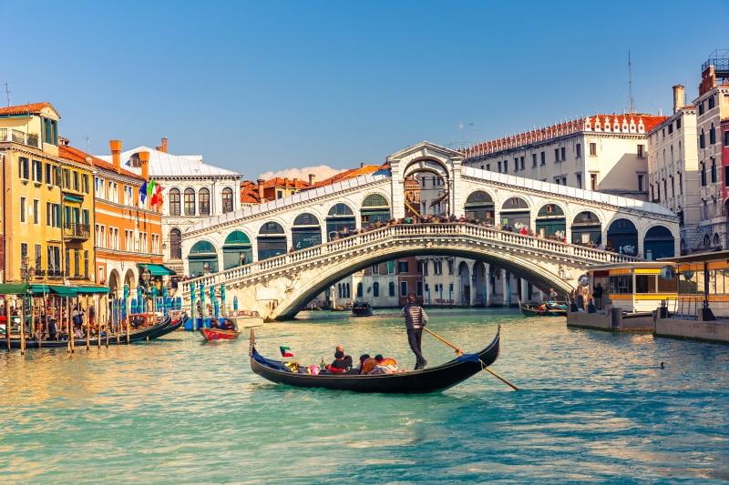 El Puente de Rialto de Venecia divide al Gran Canal