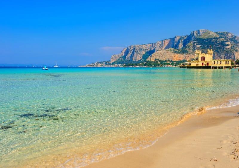 Una de las mejores playas de Sicilia se encuentra en Mondello Beach