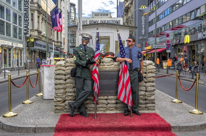 El Checkpoint Charlie es uno de los atractivos turísticos de Berlín