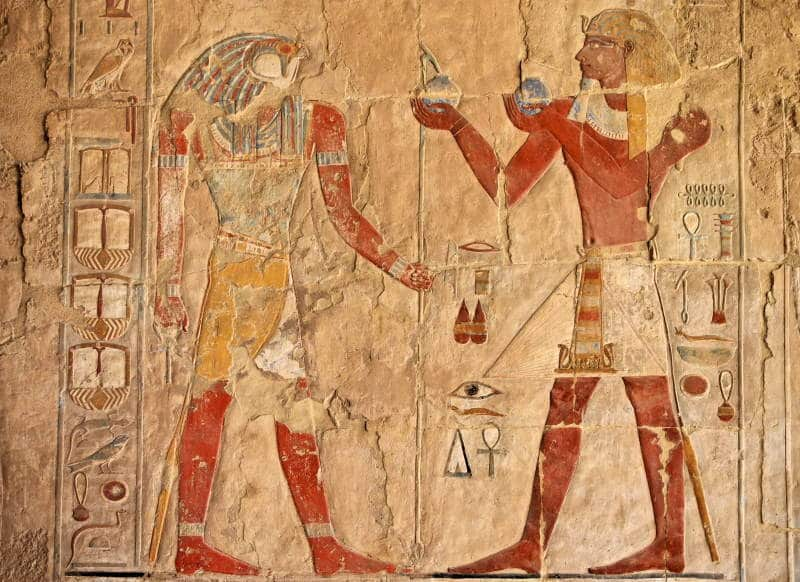 Descubre los frescos del interior del templo