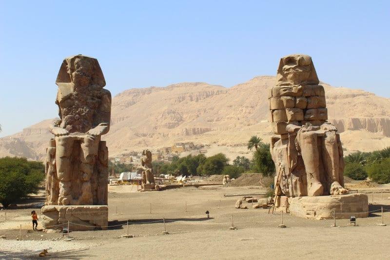 Visita los Colosos de Memnón al viajar a Egipto todo incluido