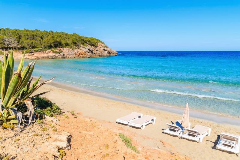 Conoce una de las playas de Ibiza con el ambiente más hippie