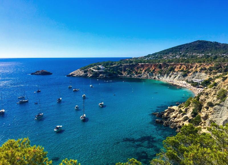 Adéntrate en una de las mejores calas de Ibiza