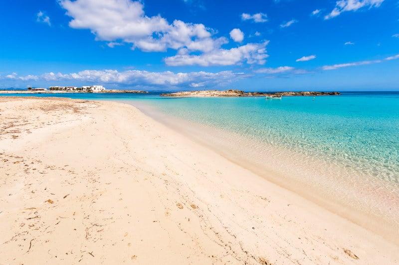 Una de las mejores playas y calas de Formentera se encuentra en Es Pujols