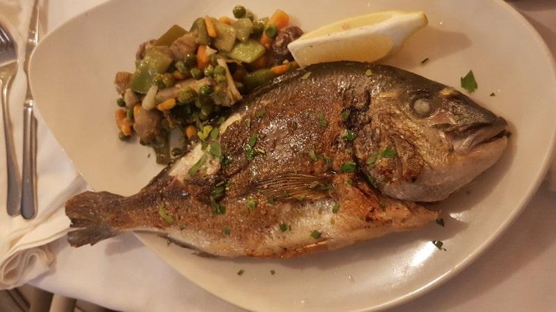 Es Mirador Des Port y sus platos de pescado en Ibiza